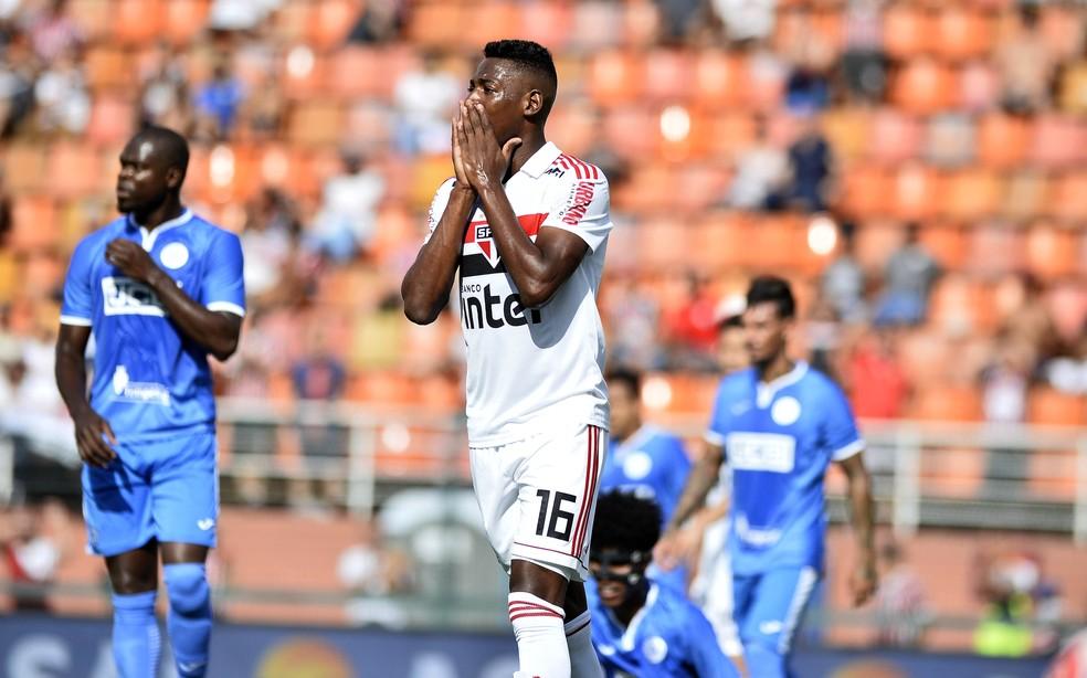 Léo na partida do São Paulo contra o São Bento — Foto: Marcos Ribolli