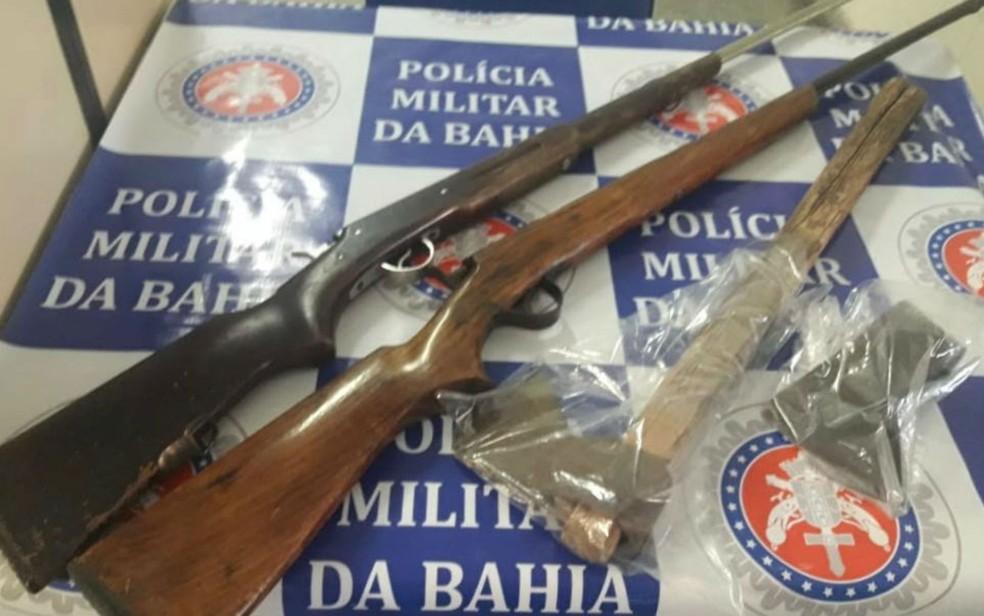 Machado utilizado no crime foi preso na casa dos suspeitos; espingardas usadas para ameaçar mulher também estavam na residência (Foto: Divulgação/Polícia Civil)