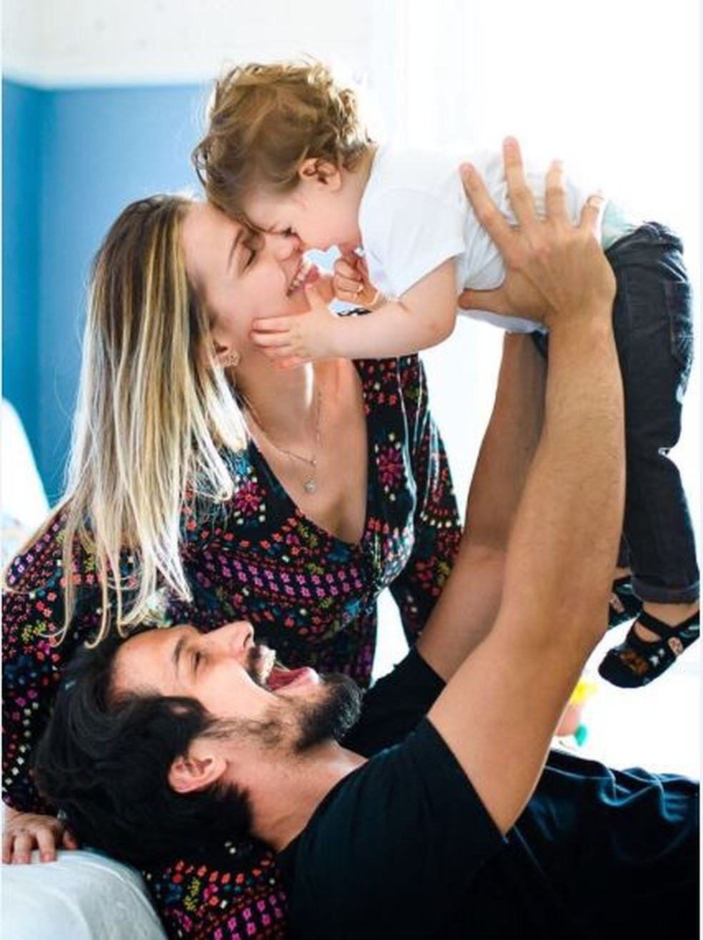 Romulo Estrela com a mulher, Nilma Estrela, e o filho do casal, Theo — Foto: Heitor Vilela/Divulgação