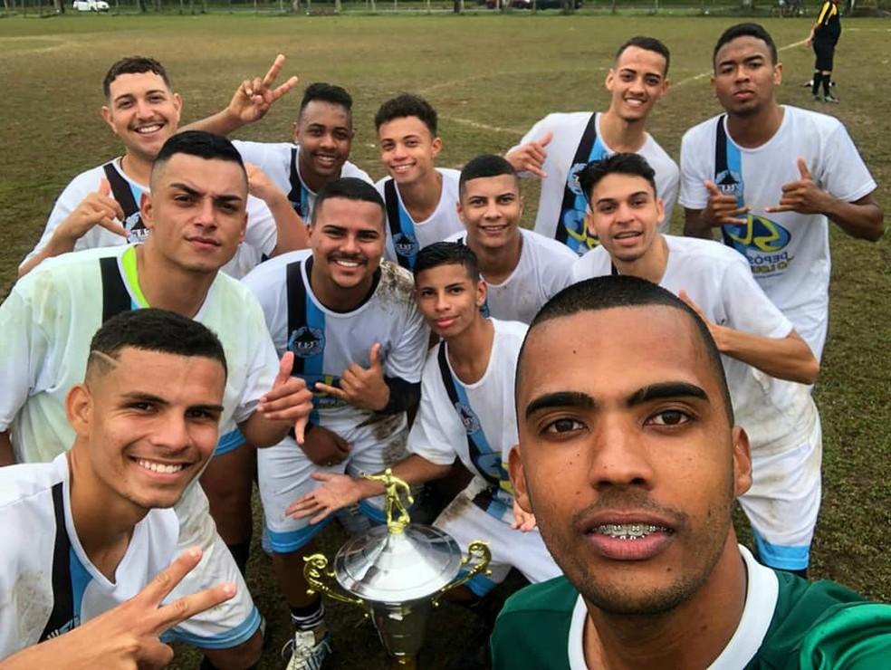Ewerton (no canto à esquerda) e os amigos jogadores de futebol — Foto: Arquivo Pessoal