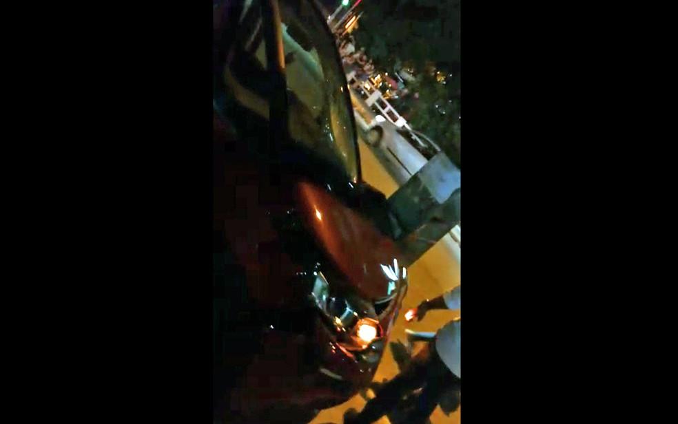 Carro colidiu com poste após atropelamento de dois adolescentes, na Zona Sul do Recife; funcionário do Detran foi preso no local suspeito de dirigir embriagado (Foto: Reprodução/WhatsApp)