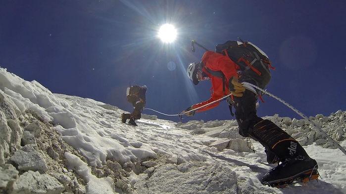 Matt Moniz (à dir.) durante escalada em 2014 do Monte Cho Oyu, sexta montanha mais alta do mundo (Foto: WILLIE BENEGAS / Science / Reprodução)