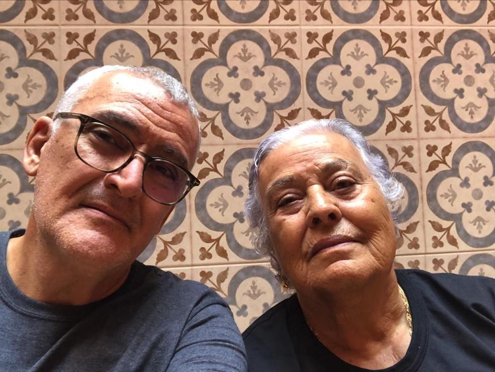 O infectologista Jamal Suleiman e a sua mãe, Zakiha Suleiman, antes da pandemia — Foto: Jamal Suleiman/Arquivo Pessoal