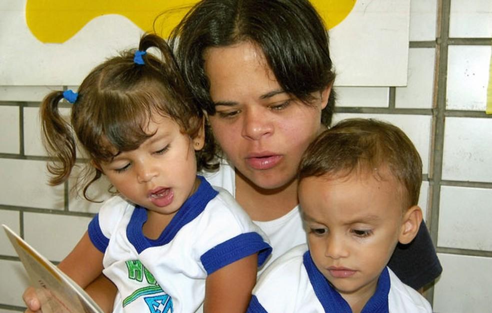 Débora Seabra, de 31 anos, com alunos na Escola Doméstica de Natal (Foto: Arquivo pessoal)