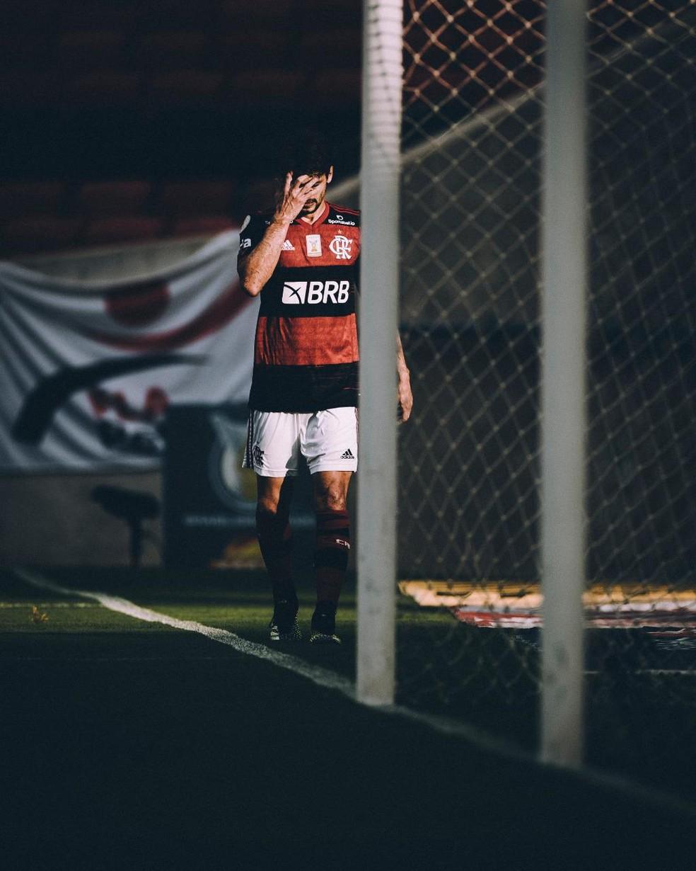 Rodrigo Caio, do Flamengo, deixou jogo contra o Inter com dores no tornozelo — Foto: Pedro Martins / FOTO FC