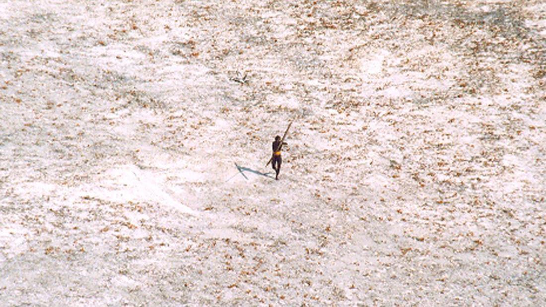 Membro da tribo isolada da Ilha Sentinela do Norte (Foto: DIVULGAÇÃO/ GUARDA COSTEIRA DA ÍNDIA)