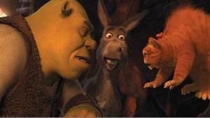 Shrek está entediado. Sua antiga vida de aventuras foi substituída pela de pacato pai de família. Casado com Fiona e pai de 3 filhos, Shrek sente falta da adrenalina e da liberdade que tinha no passado. Para recuperá-los, ele firma um pacto com Rumpelstiltiskin. Imediatamente, Shrek é levado a uma versão alternativa do reino de Tão, Tão Distante, onde Fiona é uma temível ogro e ele não é mais reconhecido por seus melhores amigos.