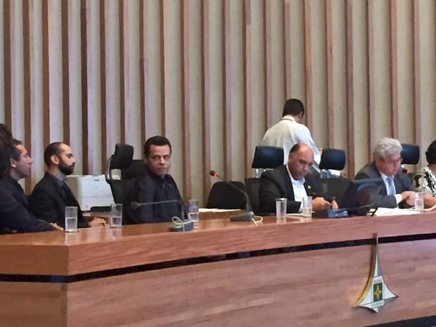 Valdecir Medeiros olha para os advogados enquanto o deputado Lira (PHS) conduz a oitiva da CPI da Saúde da Câmara Legislativa do Distrito Federal nesta quinta-feira (17) (Foto: Alexandre Bastos/G1)