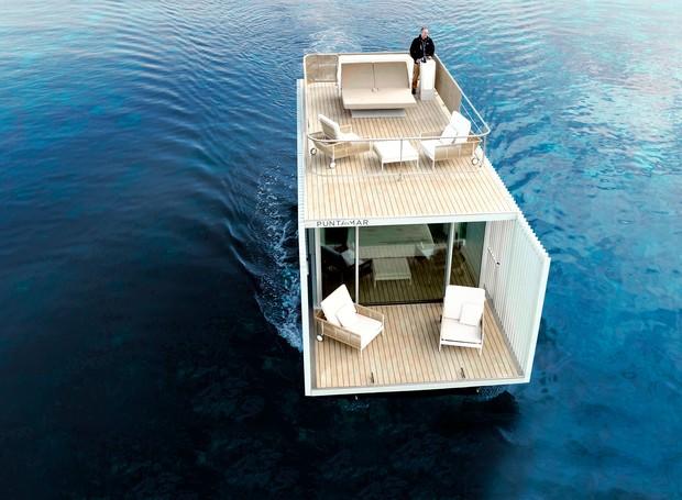 A casa flutuante é rebocável por água e pode ser deslocada para diferentes paisagens naturais que tenham ligações de energia elétrica. (Foto: Divulgação/Mano de Santo)