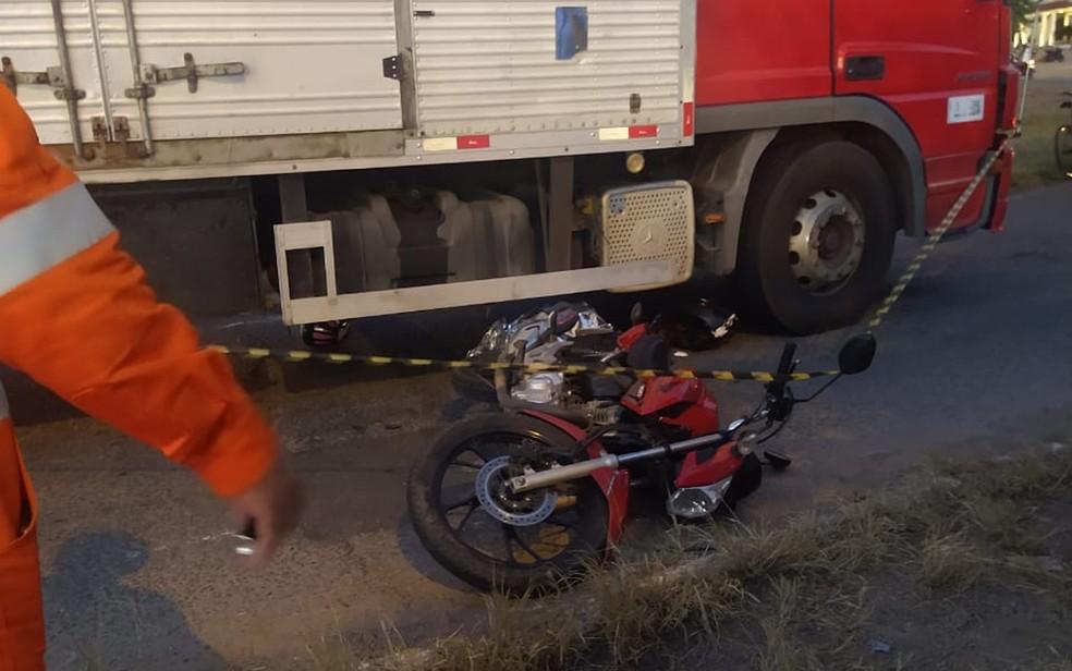 Motociclista morre após acidente envolvendo caminhão em Jequié — Foto: Marcos Cangussu