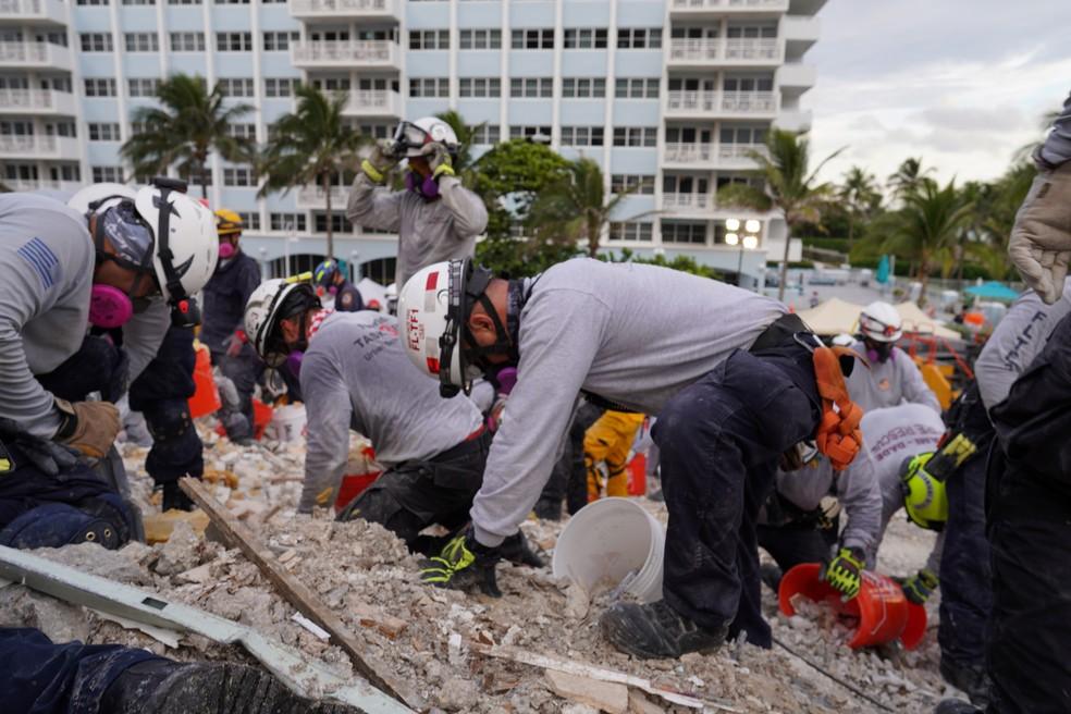 Equipes de resgate trabalham nos escombros de prédio que desabou na região de Miami, foto de 29 de junho de 2021 — Foto: Cortesia MDFR/Reuters