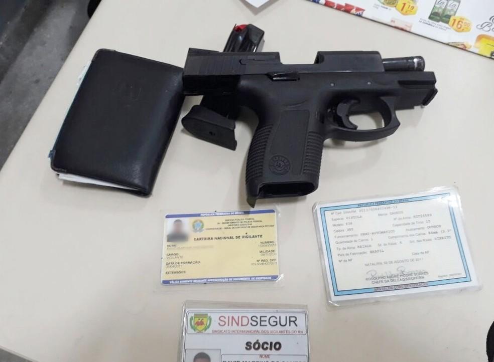 Após se entregar, a PM descobriu que o homem possui curso e carteira de vigilante (Foto: PM/Divulgação)