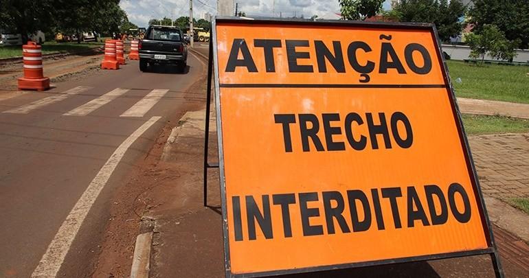 Para reconstrução de asfalto, rotatória na Avenida Leste-Oeste, em Londrina, será interditada