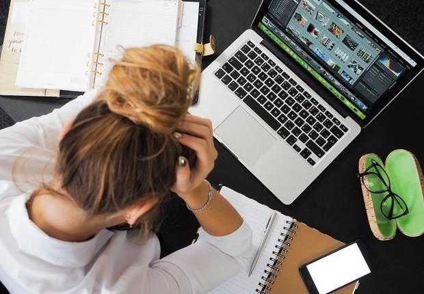 mulher - trabalho - estresse - frustração - burnout (Foto: Pexels)