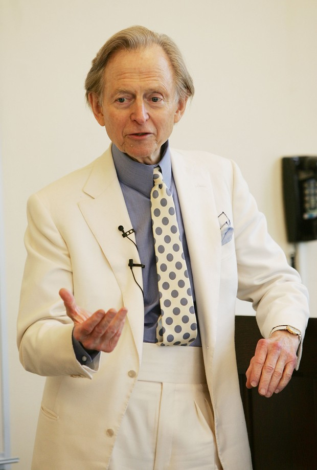 """NEW YORK - FEBRUARY 15: (U.S. TABLOIDS OUT) mtvU """"Stand In"""" series hosts author Tom Wolfe as surprise professor at Fordham University, February 15, 2005 in New York City. (Photo by Evan Agostini/Getty Images) (Foto: Getty Images)"""