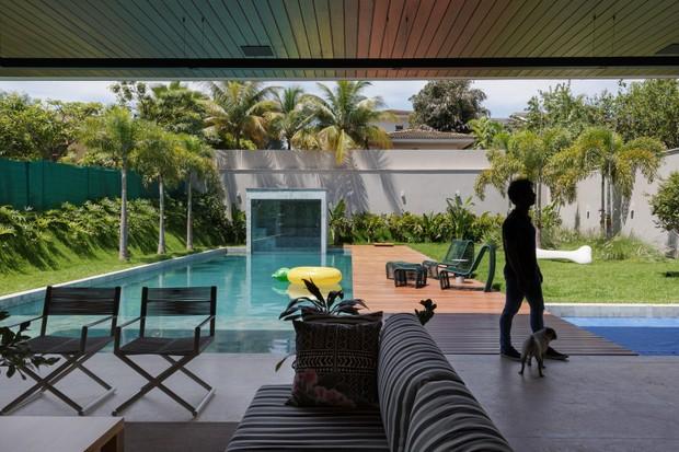 Casa de 560 m² em Goiânia tem cobogó e linhas modernistas (Foto: FOTOS EDGAR CESAR E ELTON ROCHA)