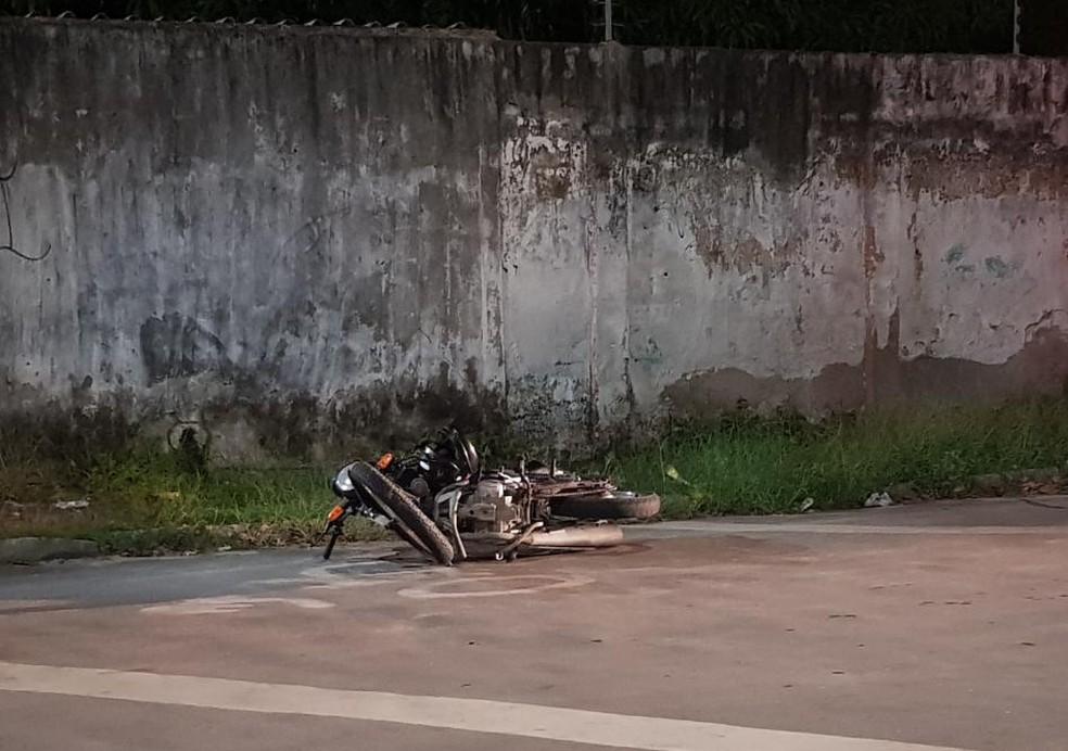 Passageiro é morto e motoqueiro baleado na Barra do Ceará, em Fortaleza. — Foto: Rafaela Duarte/ SVM