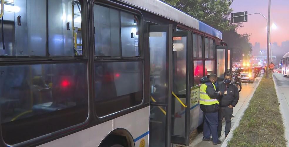 Ônibus fica atravessado na Ponte do Socorro após ato de vandalismo e afeta a circulação de 62 linhas na Zona Sul de SP — Foto: Reprodução TV Globo