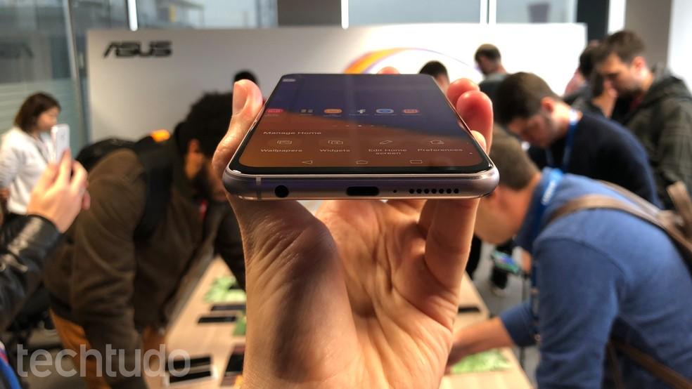 Detalhes da parte de baixo do Asus Zenfone 5: porta USB-C e saída de áudio analógico (P2) (Foto: Thássius Veloso/TechTudo)