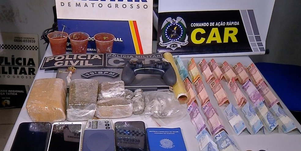 Além da droga, dinheiro, celulares e outros objetos forma apreendidos — Foto: TVCA/Reprodução