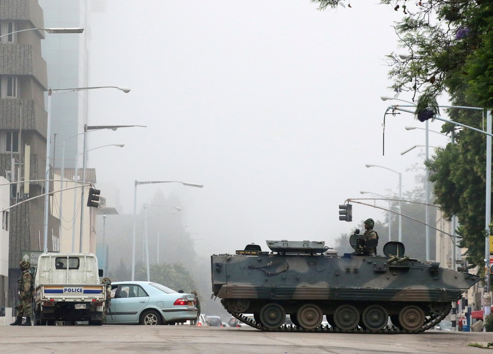 -  Veículos militares e soldados patrulham as ruas em Harare, no Zimbabue  Foto: Philimon Bulawayo/Reuters