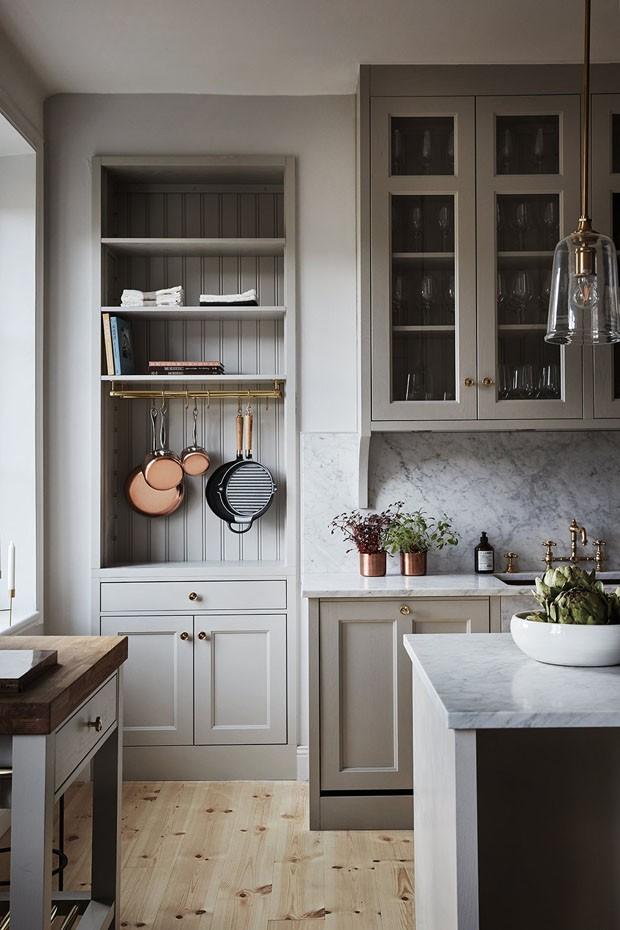 Décor do dia: Cozinha dos sonhos em tons de cinza e rose gold (Foto: Fanny Hansson)