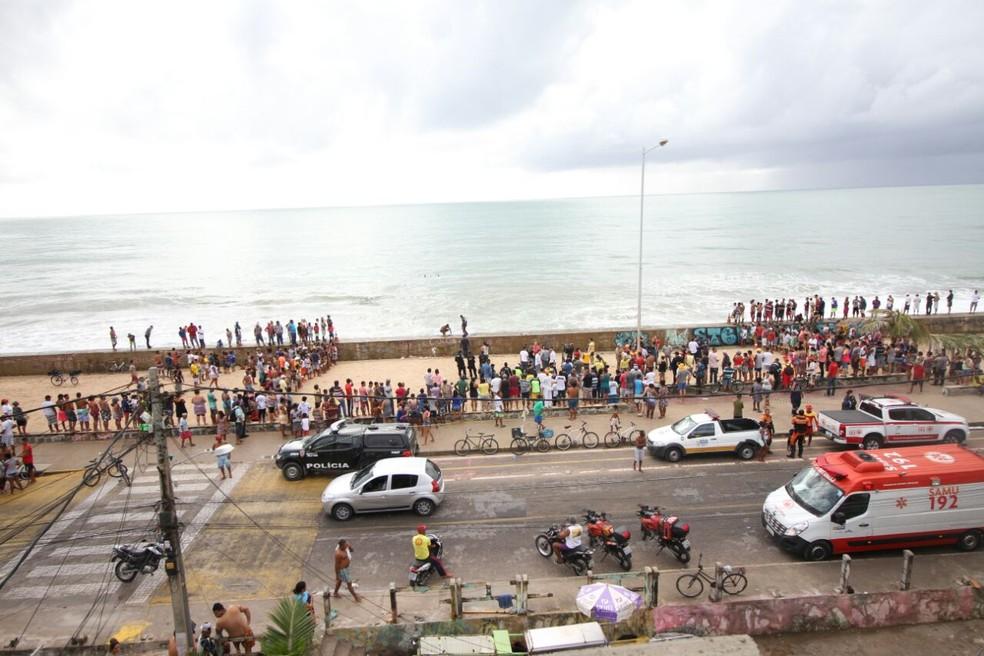 Helicóptero caiu no mar da praia do Pina, na Zona Sul do Recife, por volta das 6h10 desta terça-feira (23) (Foto: Marlon Costa/Pernambuco Press)
