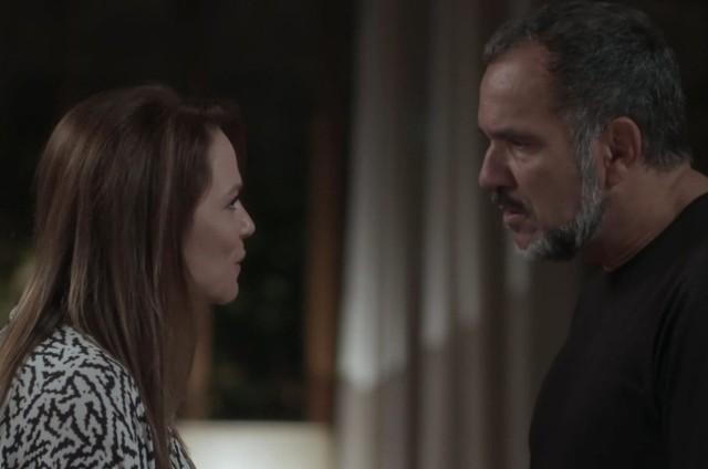 Lili (Vivianne Pasmanter) e Germano (Humberto Martins) em 'Totalmente demais' (Foto: TV Globo)