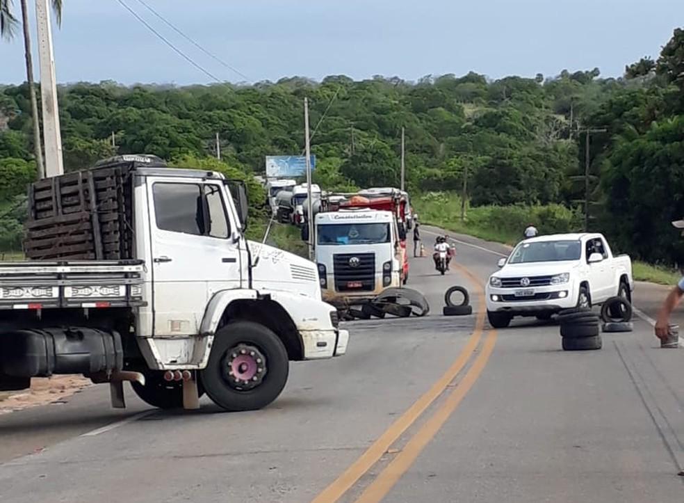 Caminhoneiros bloqueiam trecho da BR-406, em João Câmara (Foto: Celso Amâncio)