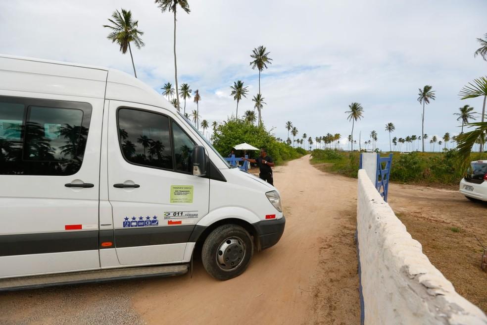 Entrada do local da festa é controlada por seguranças (Foto: Felipe Brasil/Gazeta de Alagoas)