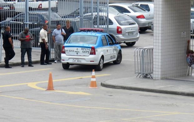 polícia treino do botafogo (Foto: Thales Soares)