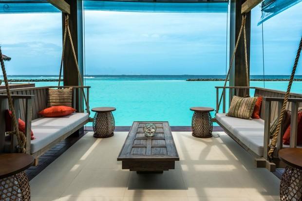É possível dormir sobre a água neste resort nas Maldivas (Foto: Divulgação)
