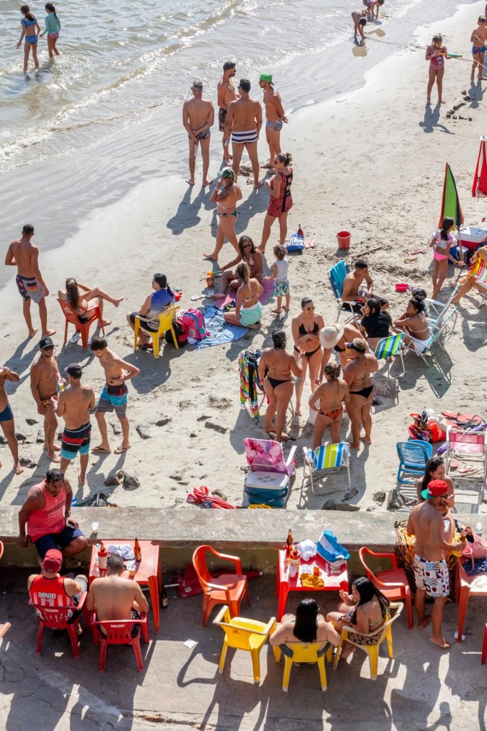Banhistas desrespeitam decreto e não utilizam máscara na praia — Foto: Leandro Ordonez/ Arquivo Pessoal