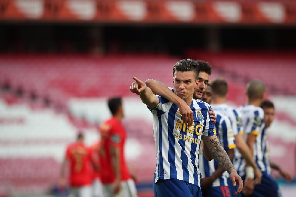 Mateus Uribe comemora gol do Porto contra o Benfica — Foto: EFE/EPA/MARIO CRUZ