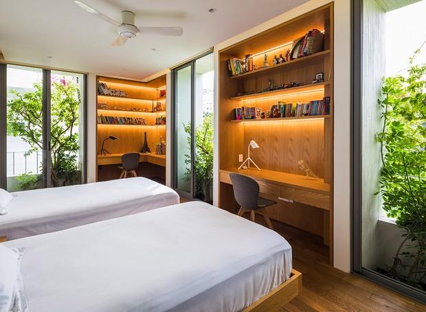 As plantas nas janelas dos quartos garantem a privacidade e filtram o ar do cômodo (Foto: Hiroyuki Oki/ Dezeen/ Reprodução)