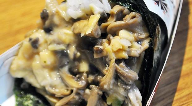 Temaki de shimeji do novo menu vegano da Rede de Temakeria Makis (Foto: Divulgação)