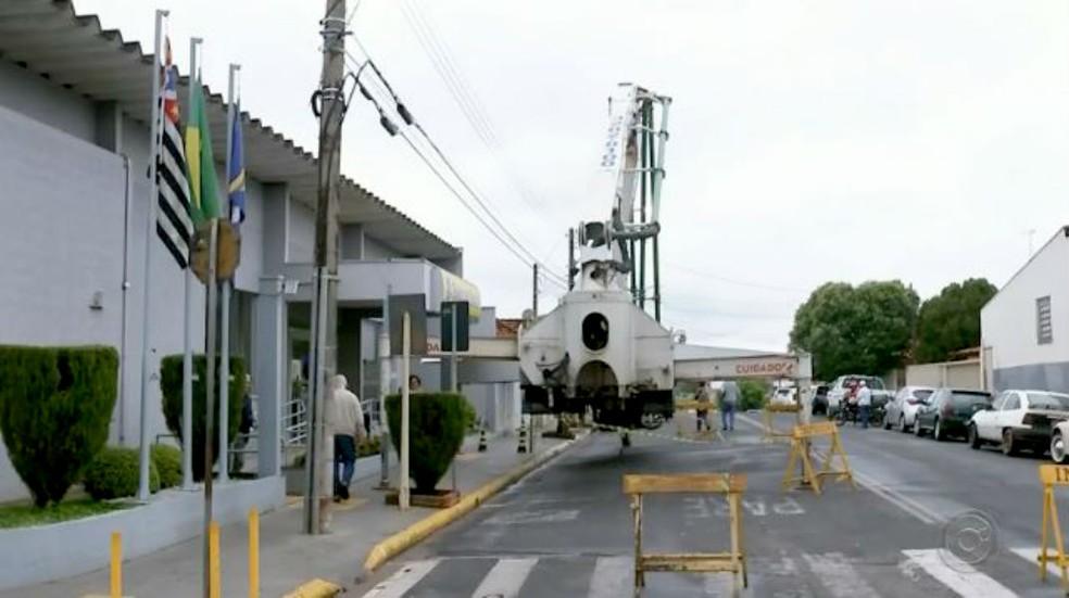 Máquina ocupou totalmente uma das pistas da rua em frente à agência bancária de Duartina — Foto: TV TEM/Reprodução