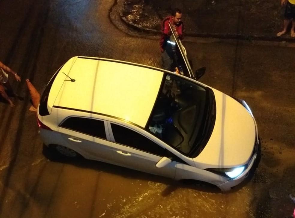 Carro fica atolado em buraco originado por um vazamento de água na Rua Piracicaba, em Jardim São Paulo — Foto: Reprodução/WhatsApp