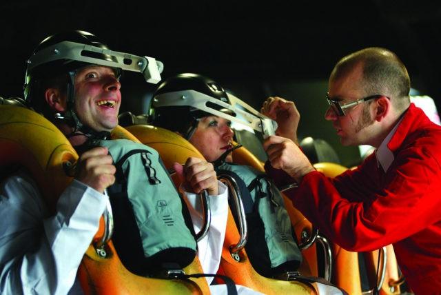 Brendan Walker conduz experimento para entender as emoções das pessoas em montanhas-russas (Foto: Reprodução/Thrill Laboratory)