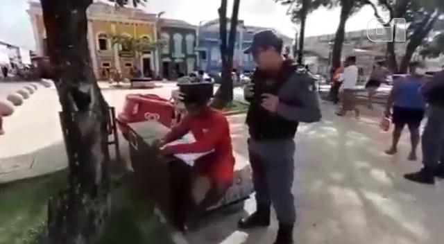 Policial em São Luís oferece cursinho para vendedor de picolé que sonha ser PM