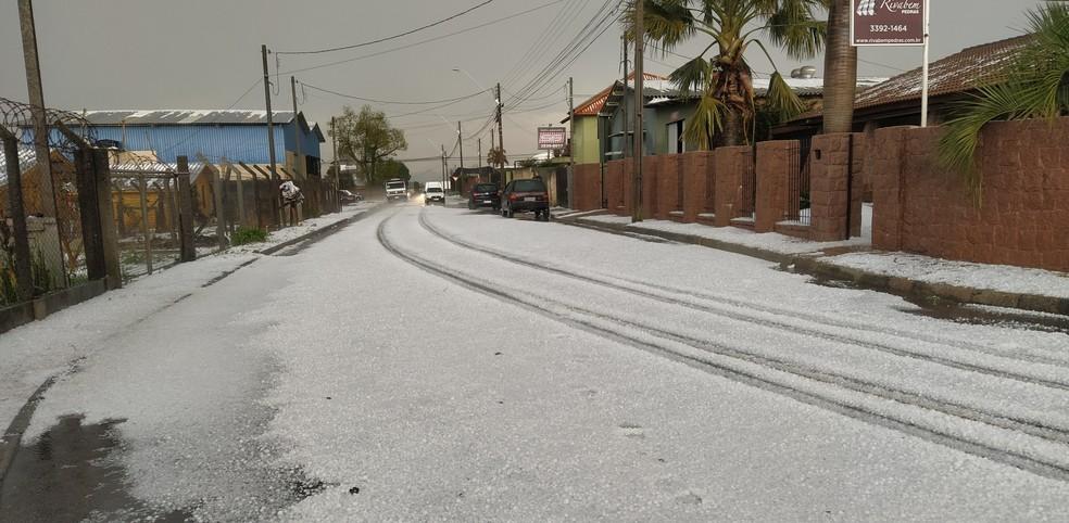 Rua ficou coberta de granizo após temporal, em Campo Largo — Foto: Arquivo pessoal/João Souza