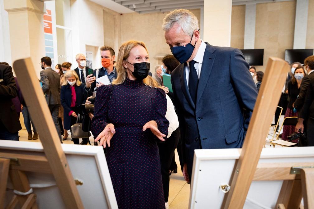 Diana Widmaier Picasso, neta do pintor espanhol, conversa com Bruno Le Maire, ministro da Economia da França — Foto: Come Sittler/POOL/AFP