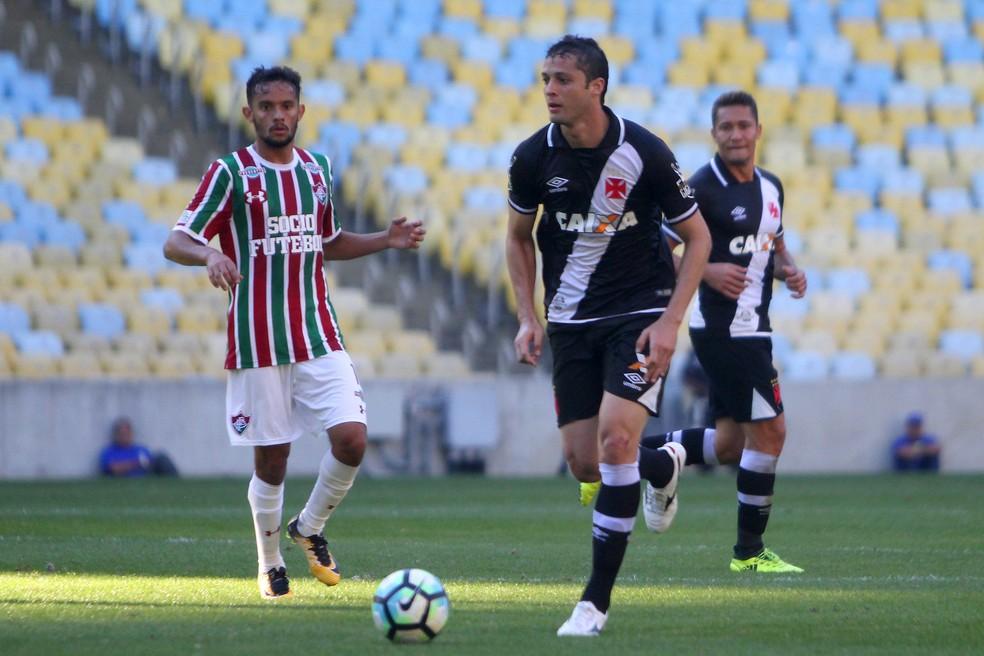 ... Anderson Martins sob olhares de Gustavo Scarpa em Fluminense x Vasco  (Foto  Paulo Fernandes 079c37f601a07