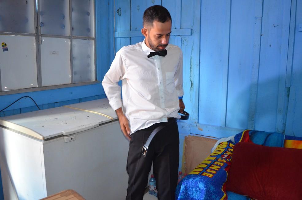 Lauro faz questão de se vestir como garçom: para ele, trabalho é visto de forma positiva se vestindo dessa forma.  — Foto: Magda Oliveira/G1