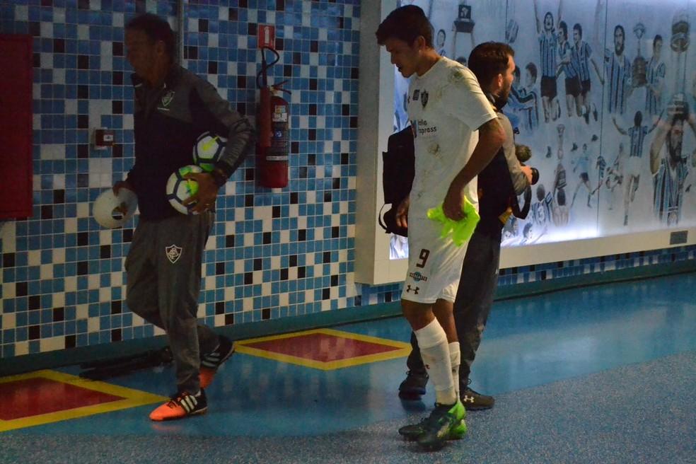Pedro mancando na saída da Arena do Grêmio no empate do Fluminense (Foto: Eduardo Deconto)