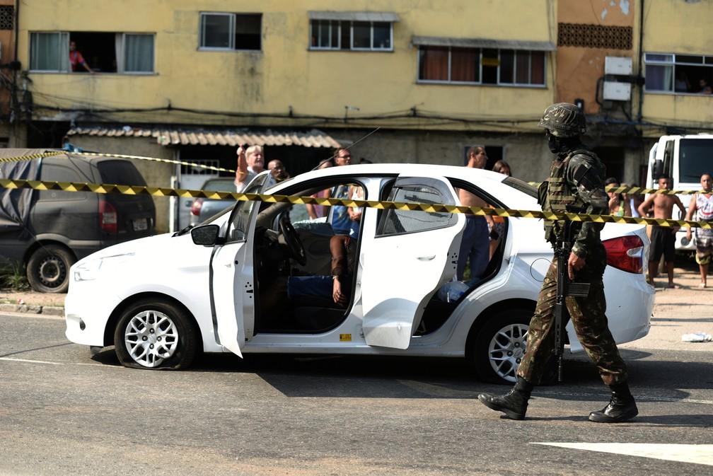 Carro é fuzilado pelo Exército no Rio, causando a morte do músico Evaldo Rosa, de 51 anos  — Foto: Reuters/Fabio Texeira
