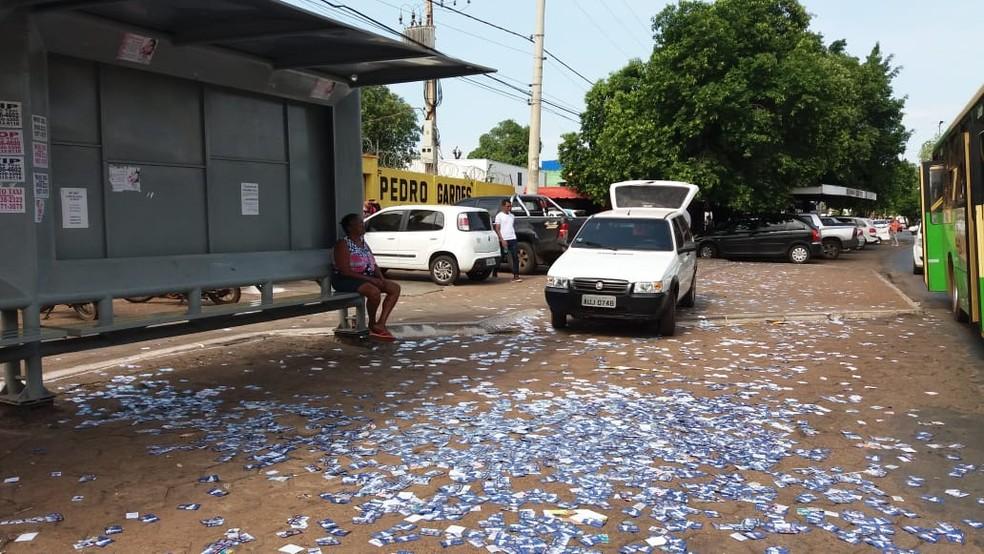 O derramamento de santinhos é crime eleitoral — Foto: Ianara Garcia/TVCA