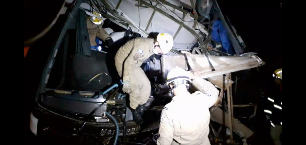 Uma pessoa morre e 11 ficam feridas após acidente entre carreta, ônibus e carro na BR-070 em MT