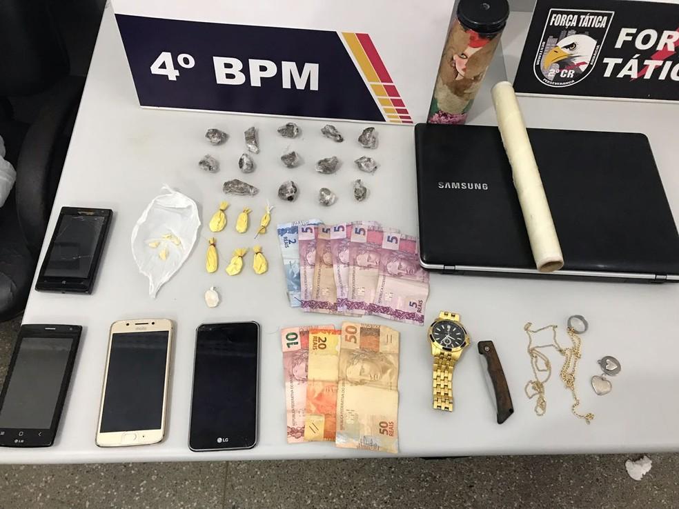Droga, produtos eletrônicos e dinheiro foram apreendidos com os suspeitos e com o menino (Foto: Polícia Militar de MT)
