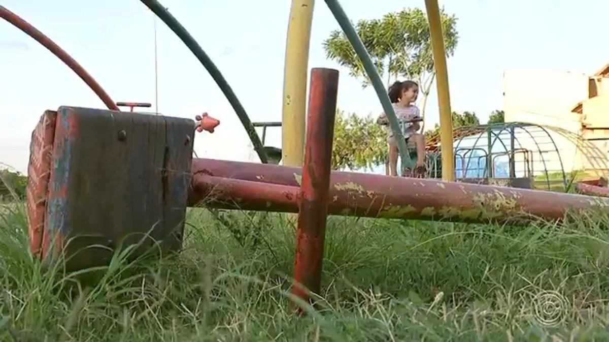 Moradores reclamam de parques com brinquedos quebrados e enferrujados em Sorocaba - G1